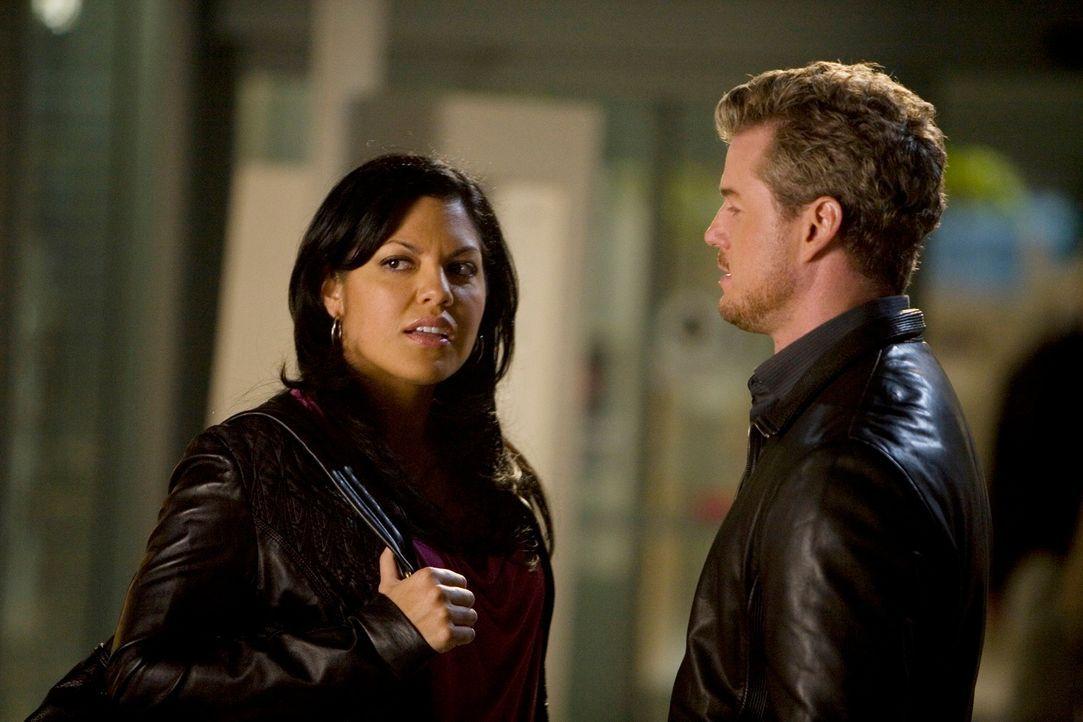 Nachdem Callie (Sara Ramirez, l.) und Mark (Eric Dane, r.) sich im Bereitschaftsraum miteinander vergnügt haben, und Mark dabei Erica Hahn erwähnt... - Bildquelle: Touchstone Television