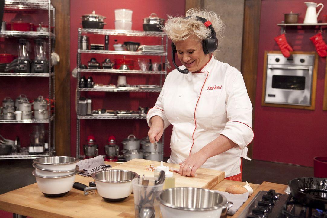 Köchin Anne Burrell kennt weder das Gericht, das sie kochen soll, noch das Rezept. Ihr rotes Team soll ihr lediglich über ein Headset mitteilen, was... - Bildquelle: David Lang 2012, Television Food Network, G.P.