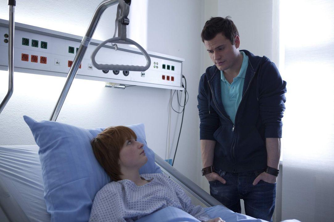 Timos (Rocco Stark, r.) schlechtes Gewissen treibt ihn zu Sophie (Franciska Friede, l.) - die dadurch neue Hoffnung gewinnt ... - Bildquelle: SAT.1