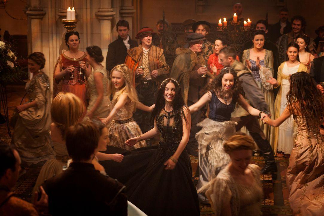 Endlich angekommen: Zum ersten Mal genießt Mary (Adelaide Kane, M.) eine Feier am französischen Hof und tanzt ausgelassen mit ihren Hofdamen Lola (A... - Bildquelle: 2013 The CW Network, LLC. All rights reserved.
