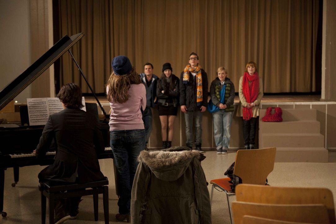 (v.l.n.r.) Ben (Christopher Kohn, l.) und Bea (Vanessa Jung, 2.v.l.) bei der Probe mit dem Chor. - Bildquelle: SAT.1