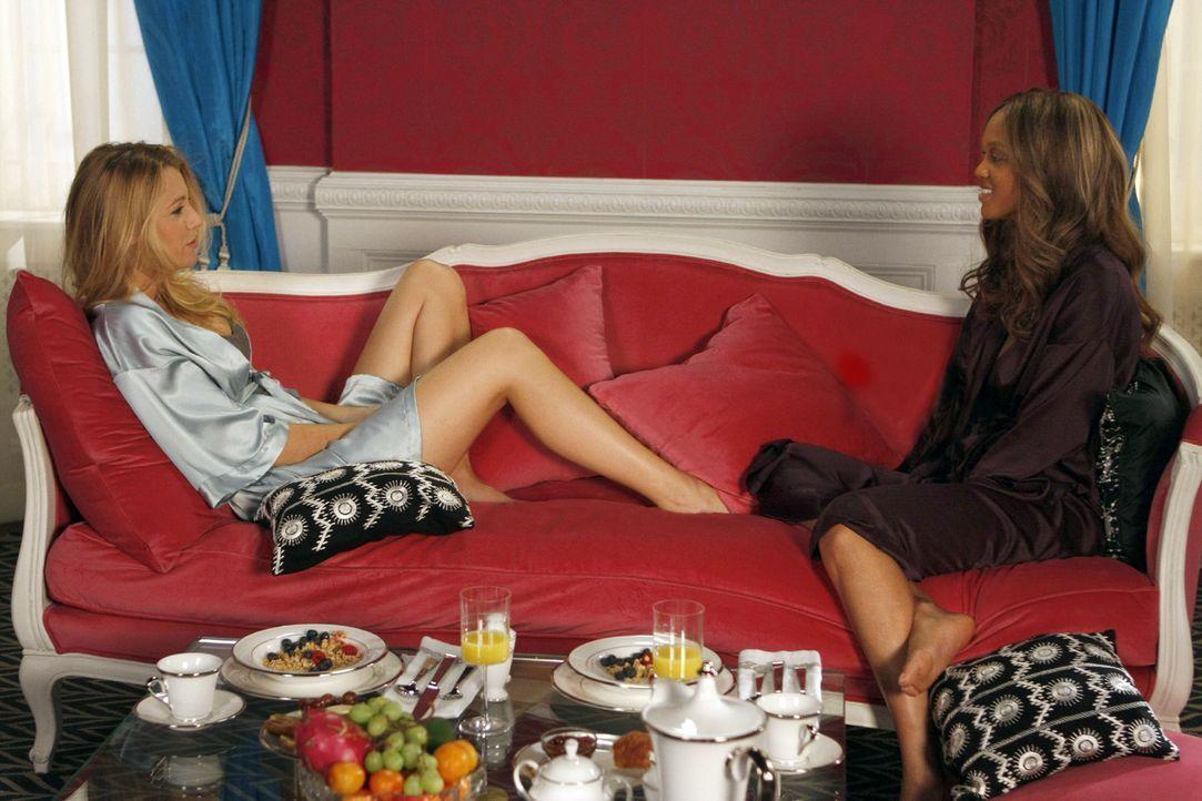 In Serena (Blake Lively, l.) hat die Schauspielerin Ursula (Tyra Banks, r.) eine mutzusprechende Unterstützung gefunden ... - Bildquelle: Warner Brothers