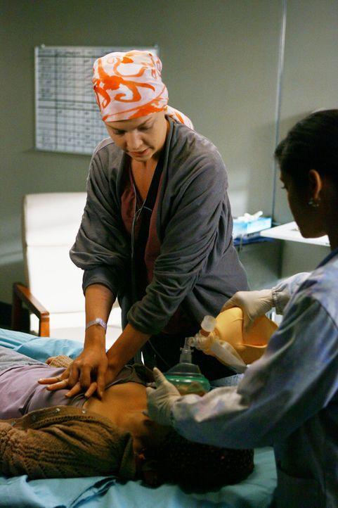 Während eines Gesprächs kollabiert Izzies (Katherine Heigl, l.) Freundin Alison (Liza Weil, liegend). Izzie versucht sie zu retten, doch hat sie  - Bildquelle: Touchstone Television