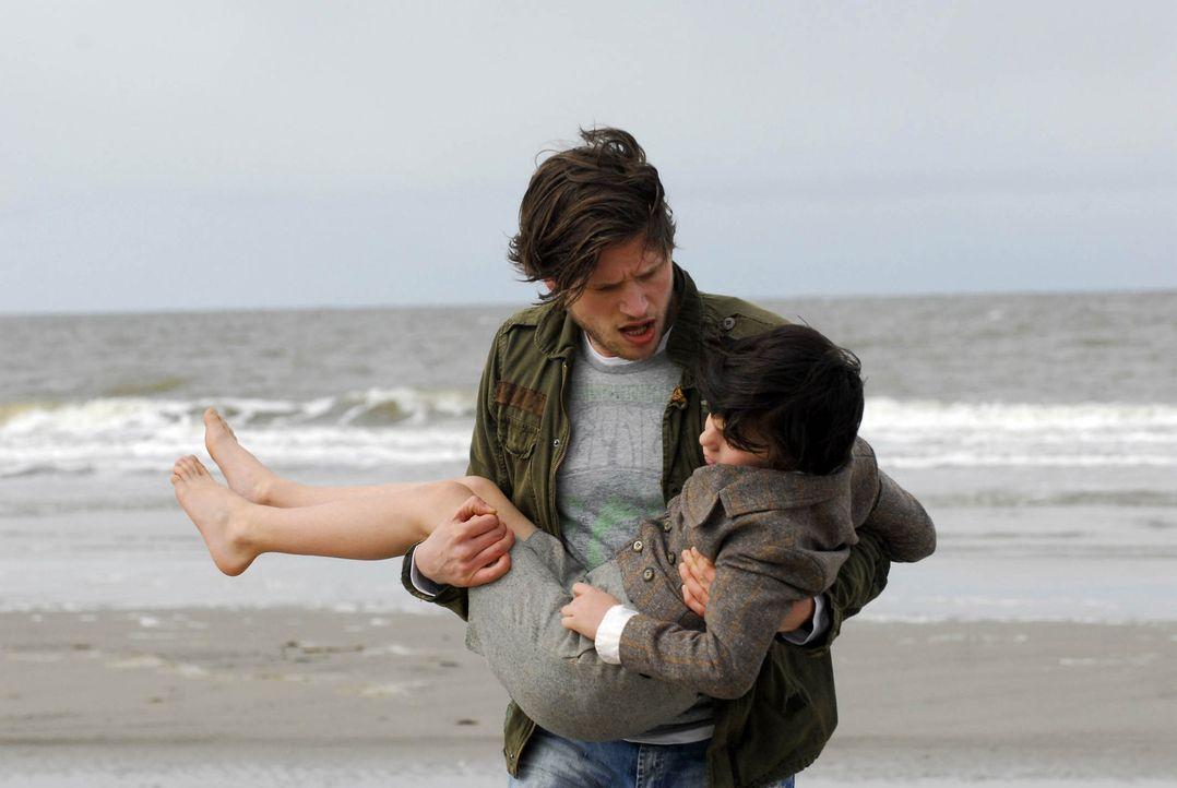 Nur kurze Zeit kann sich Phillip (Sebastian Ströbel, l.) daran erfreuen, den kleinen Eric (Dario Stankewitz, r.) 40 Jahre später gerettet zu haben... - Bildquelle: Uwe Ernst ProSieben