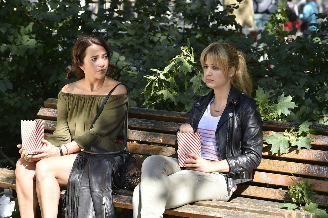 Frauengespräche: Mila (Susan Sideropoulos, r.) und Sally (Laura Osswald, l.) ... - Bildquelle: Claudius Pflug SAT.1