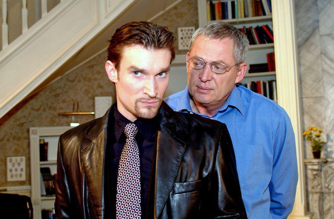 Friedrich (Wilhelm Manske, r.) ist fassungslos, als Richard (Karim Köster, l.) in der Villa Seidel auftaucht. - Bildquelle: Monika Schürle Sat.1