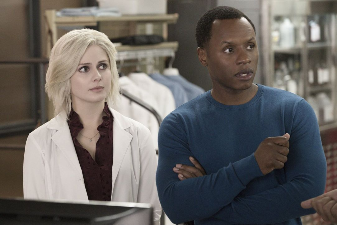 Die von dem Tratsch liebenden Gehirn gesteuerte Liv (Rose McIver, l.), stellt Clives (Malcolm Goodwin, r.) Geduld gehörig auf die Probe ... - Bildquelle: 2017 Warner Brothers