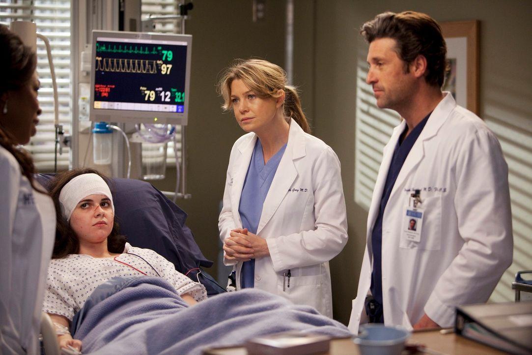 Eine namenlose, schwer verletzte Frau (Vanessa Marano, 2.v.l.) ohne Papiere, beschäftigt das Ärzteteam: Dr. Fincher (Lorraine Toussaint, l.), Derek... - Bildquelle: Touchstone Television