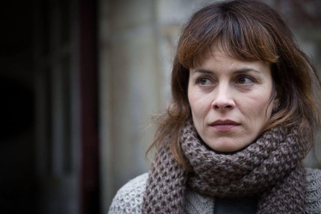 Hat Angèle Simon (Armelle Deutsch), die Freundin der Mutter des vermissten Mädchens, etwas mit dem Verschwinden zu tun? - Bildquelle: Eloïse Legay 2016 BEAUBOURG AUDIOVISUEL / Eloïse Legay