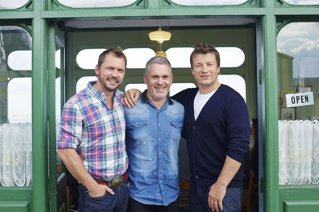 Jimmy (l.) und Jamie (r.) bekommen Besuch von Fernsehmoderator Chris Moyles (M.) ...