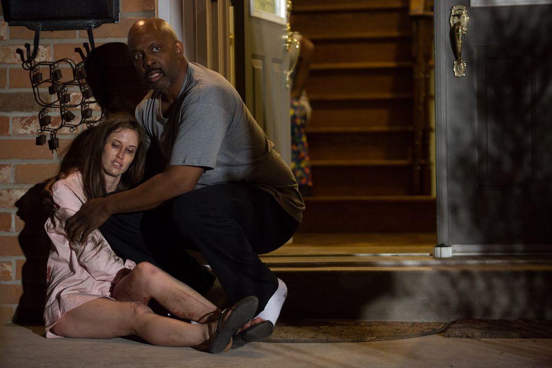 Mit allerletzter Kraft schleppt sich die drei Mal angeschossene Bridget zum nächsten Haus - doch nicht jeder Anwohner will helfen ... - Bildquelle: Darren Goldstein Cineflix 2014