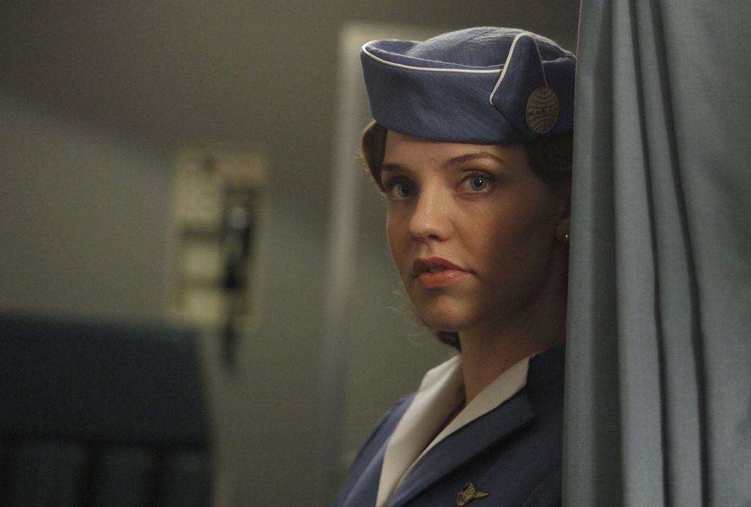 Die Bekanntschaft mit einem CIA-Agenten führt zu großen Veränderungen im Leben von der jungen Pan Am Stewardess Kate Cameron (Kelli Garner) ... - Bildquelle: 2011 Sony Pictures Television Inc.  All Rights Reserved.