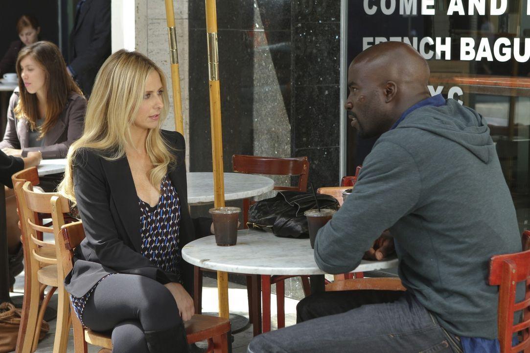 Detective Machado hat Bridget (Sarah Michelle Gellar, l.) gezwungen, sich verkabeln zu lassen, damit er ihr Gespräch mit Malcolm (Mike Colter, r.)... - Bildquelle: 2011 THE CW NETWORK, LLC. ALL RIGHTS RESERVED