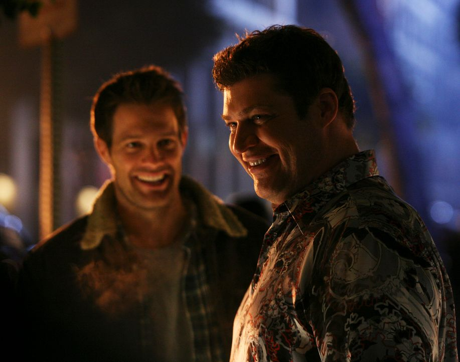 An einem Hot-Dog-Stand finden Nick und Eddie (Geoff Stults, l.) Owen (Brad William Henke, r.), doch werden sie es schaffen ihn zu überzeugen, wieder... - Bildquelle: ABC Studios