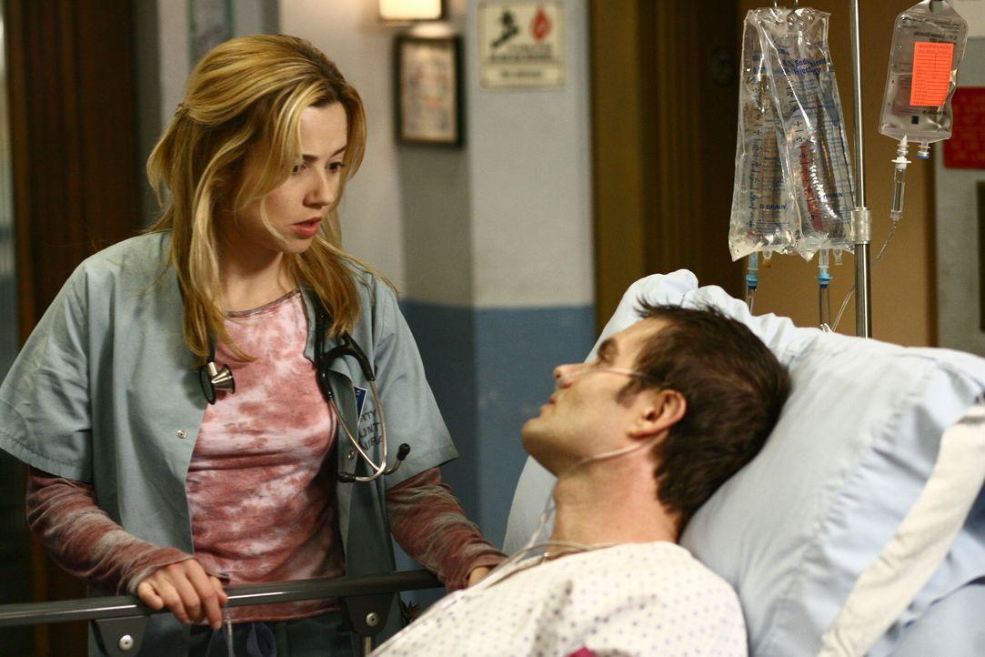 Sams (Linda Cardellini, l.) Ex-Mann Steve (Garret Dillahunt, r.) wird wegen akuten gesundheitlichen Problemen aus dem Gefängnis ins County gebracht.... - Bildquelle: Warner Bros. Television