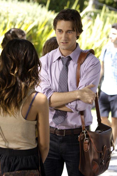 Ryan Matthews (Ryan Eggold, r.) will Annie Wilson (Shenae Grimes, l.) dazu überreden, sich für ein Praktikum im Abbot Theater zu bewerben. - Bildquelle: TM &   CBS Studios Inc. All Rights Reserved