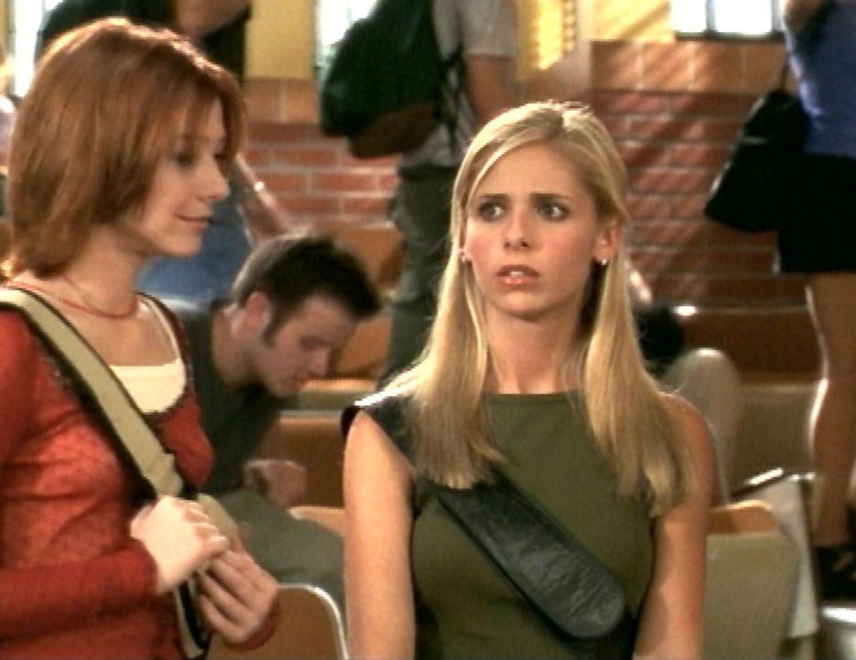 Im Gegensatz zu Willow (Alyson Hannigan, l.) weiß Buffy (Sarah Michelle Gellar, r.) nicht so recht, was sie von der ersten Vorlesung halten soll. - Bildquelle: TM +   2000 Twentieth Century Fox Film Corporation. All Rights Reserved.