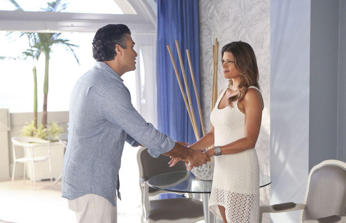 Rogelio (Jaime Camil, l.) besteht darauf, dass Xo (Andrea Navedo, r.) seine Band für ihren Auftritt im Mirabella Hotel nutzt, doch ist das eine gute... - Bildquelle: 2014 The CW Network, LLC. All rights reserved.