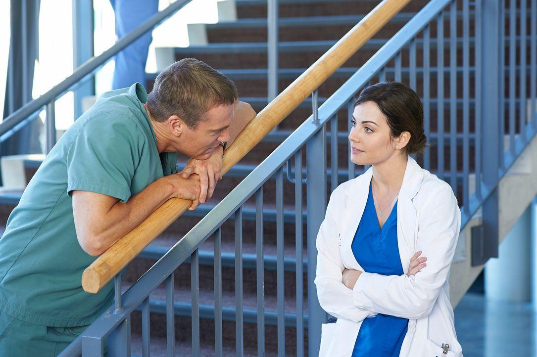 Haben Charlie (Michael Shanks, l.) und Alex (Erica Durcan, r.) doch noch eine Chance auf eine gemeinsame Zukunft? - Bildquelle: 2012  Hope Zee One Inc.