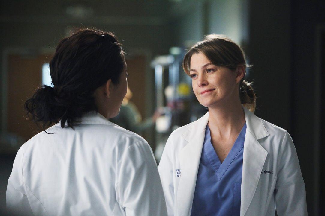 Während Cristina (Sandra Oh, l.) versucht Meredith (Ellen Pompeo, r.) etwas wichtiges zu erzählen, betreut Lexie einen Patienten, der an starker Mig... - Bildquelle: ABC Studios