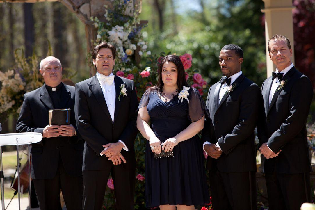 Endlich ist es soweit: Grayson (Jackson Hurst, l.) will heiraten. Doch nicht nur die Trauzeugen Jay (Josh Stamberg, r.) und Jane (Brooke Elliott, 2.... - Bildquelle: 2011 Sony Pictures Television Inc. All Rights Reserved.