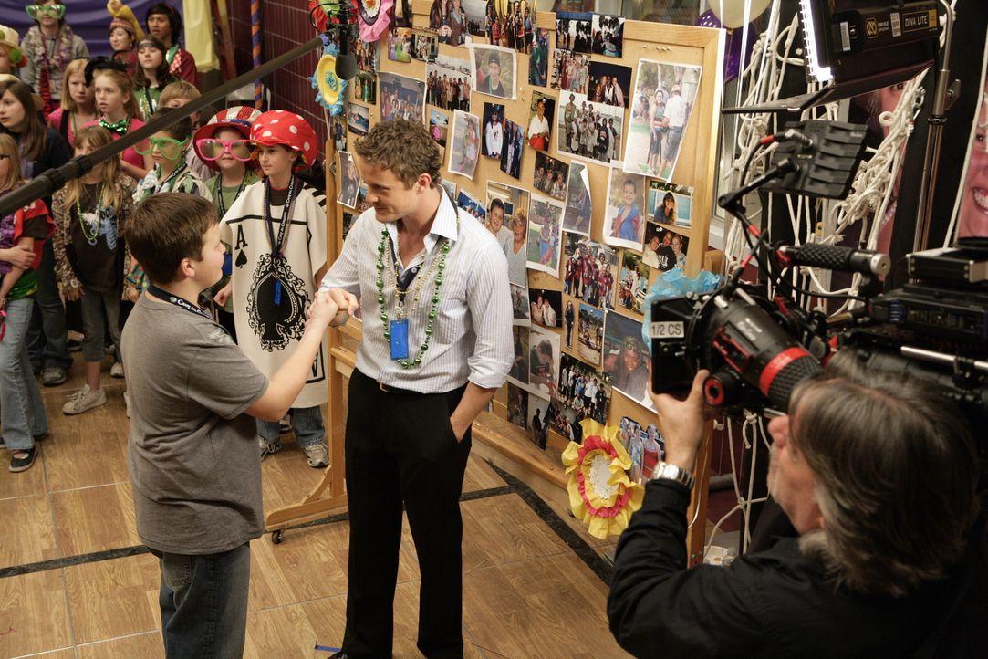 """Bei den Dreharbeiten zu """"Herzensangelegenheiten"""": David Lyons mit einem Jungdarsteller. - Bildquelle: Warner Bros. Television"""