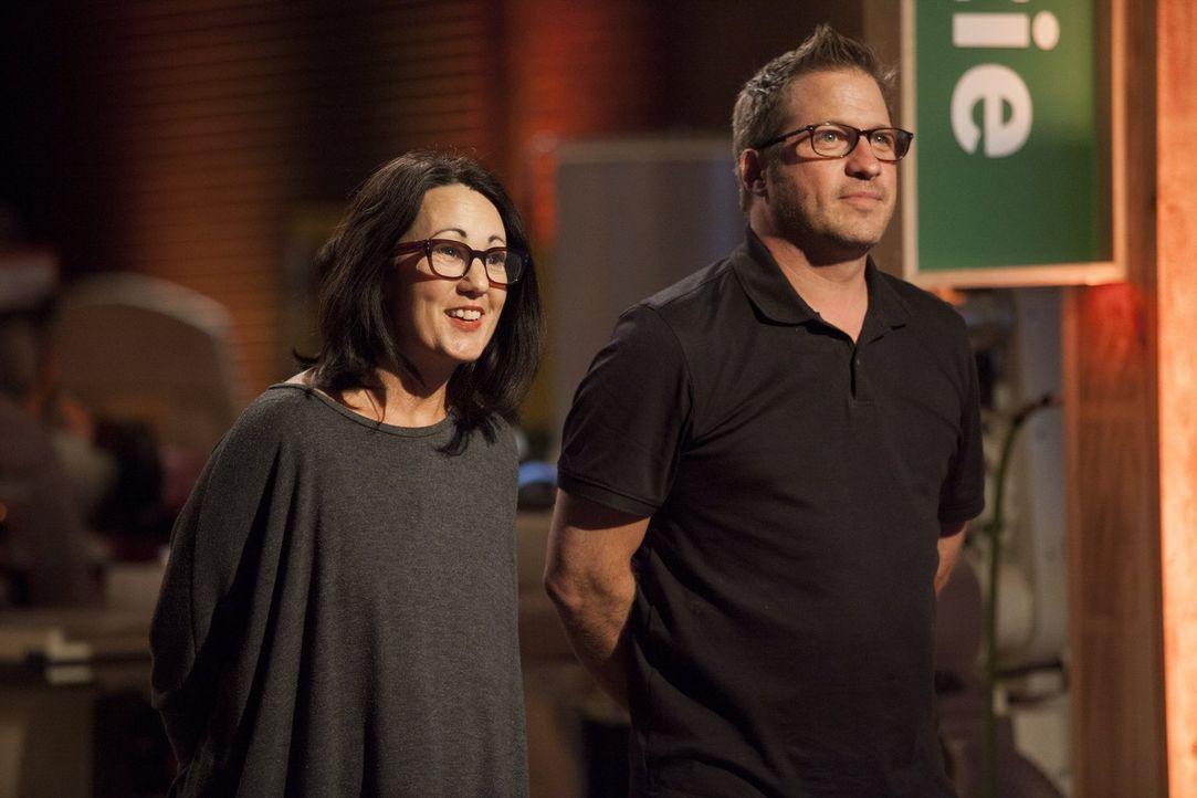Ihre Aufgabe bereitete Leslie (l.) Kopfzerbrechen. Können sie und David (r.) die Jury trotzdem von ihrem Möbelstück überzeugen? - Bildquelle: 2015 Warner Bros.