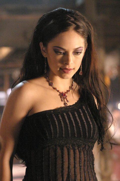 Weil Lana (Kristin Kreuk) eine Erklärung für die rätselhaften Vorfälle in Paris sucht, besorgt sie sich das Zauberbuch der mystischen Gräfin Isabell... - Bildquelle: Warner Bros.