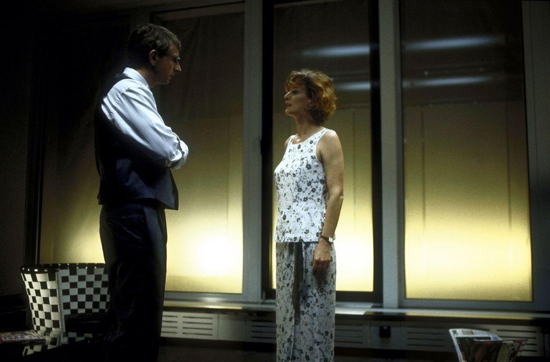 Völlig überraschend bietet der Rechtsanwalt Dr. Volker Endress (Ingolf Lück, l.) seiner Ex-Frau Ellen (Sylvia Haider, r.) an, die Verteidigung ih... - Bildquelle: Leslie Haslam ProSieben