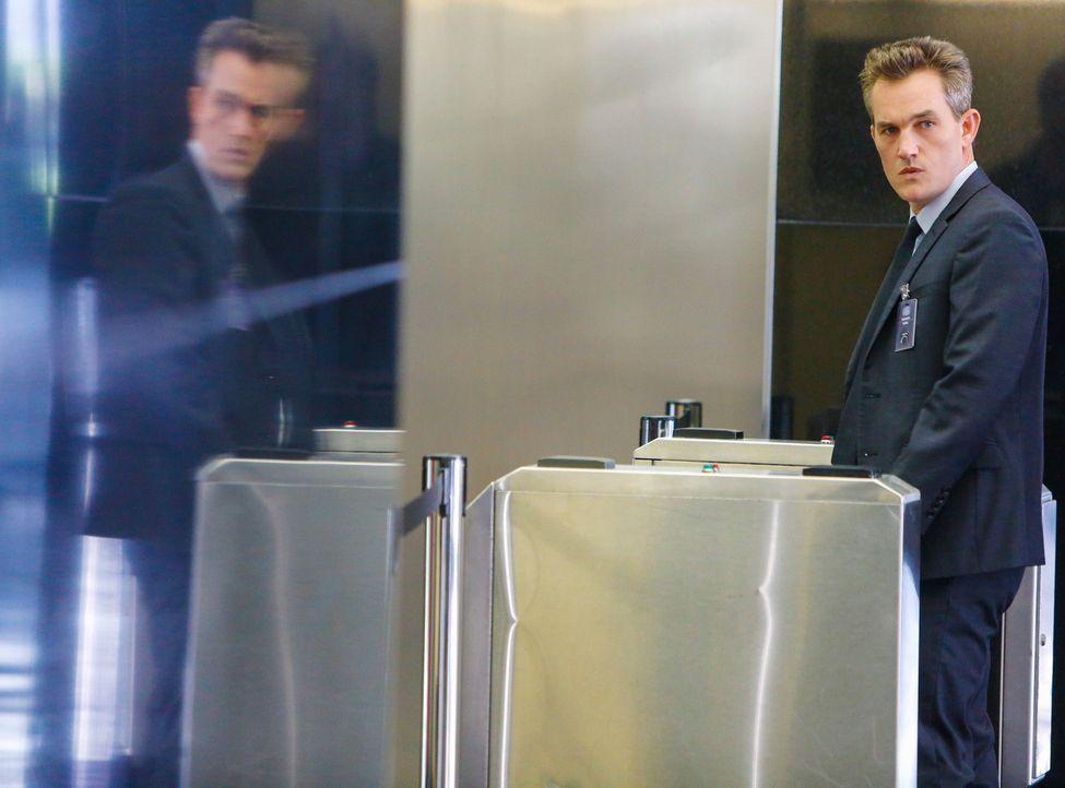 Nachdem Harmon mit den Fingerabdrücken von Gordon (Maury Sterling) in das ISEA-Gebäude eingedrungen ist, wird bei Gordon selbst ein Alarm ausgelöst.... - Bildquelle: Cliff Lipson 2014 CBS Broadcasting, Inc. All Rights Reserved