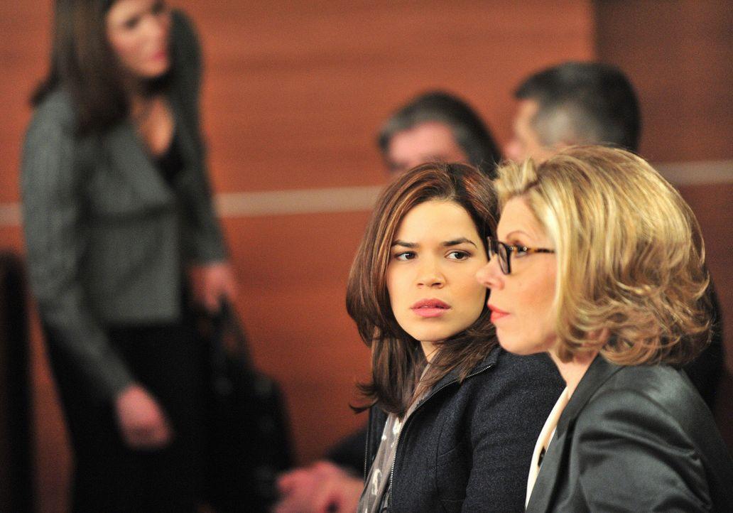 Diane Lockhart (Christine Baranski, r.) unterstützt Natalie Flores (America Ferrera, l.) vor Gericht. - Bildquelle: CBS   2011 CBS Broadcasting Inc. All Rights Reserved.