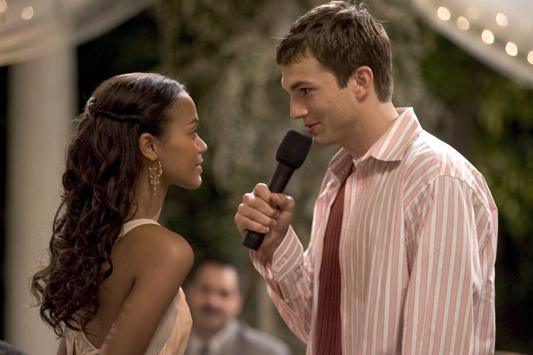 Während die Feierlichkeiten des 25. Hochzeitstages der Jones' in vollem Gange sind, nutzt Simon (Ashton Kutcher, r.) den Anlass, um seiner geliebte... - Bildquelle: 2007 CPT Holdings, Inc. All Rights Reserved. (Sony Pictures Television International)