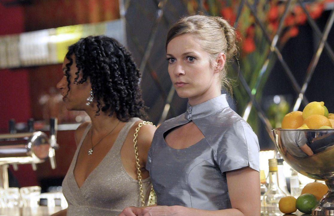 Rana (Sarah Masuch, l.) und Marie (Lisa Martinek, r.) nehmen einen Platz an der Bar ein. Rana erklärt Marie ihre Methode und schaut durch die Hotel... - Bildquelle: Jacqueline Krause-Burberg Sat.1