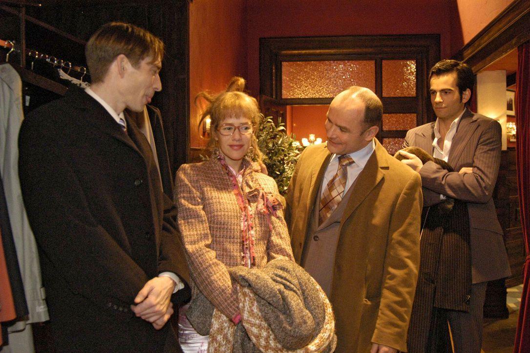 Nach einem denkwürdigen Geschäftsessen verabschieden sich die finnischen Geschäftspartner (Manfred Ole Witt, l. und Burkhart Siedhoff, 2.v.r.) vo... - Bildquelle: Sat.1