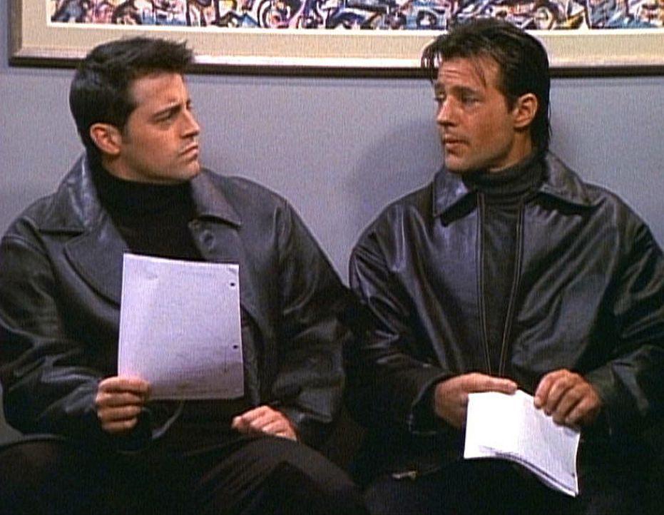Um an Geld zu kommen, braucht Joey (Matt LeBlanc, l.) jemanden, der als sein eineiiger Zwillingsbruder durchgehen würde. Noch ist er von seinem Geg... - Bildquelle: TM+  2000 WARNER BROS.