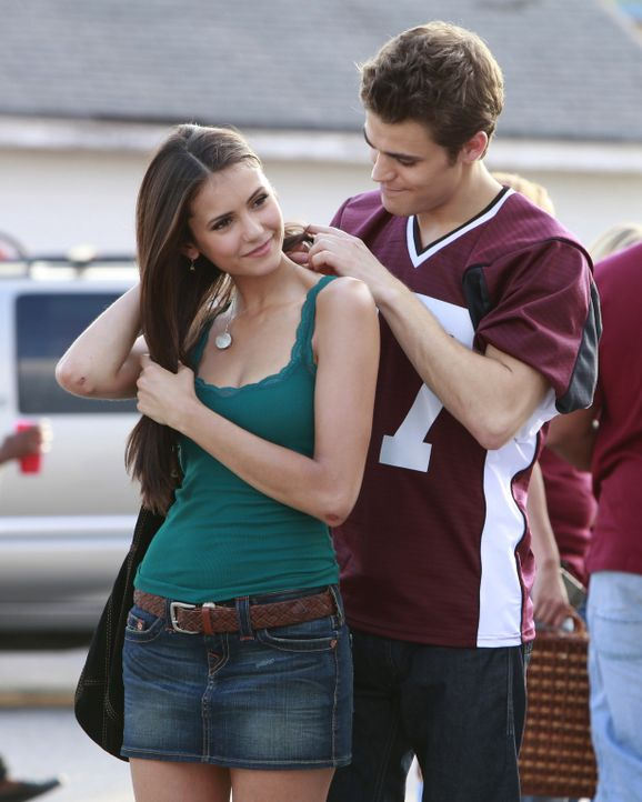 Stefan (Paul Wesley, r.) schenkt Elena (Nina Dobrev, l.) eine Halskette mit Eisenkraut und bittet sie, diese immer zu tragen. - Bildquelle: Warner Brothers