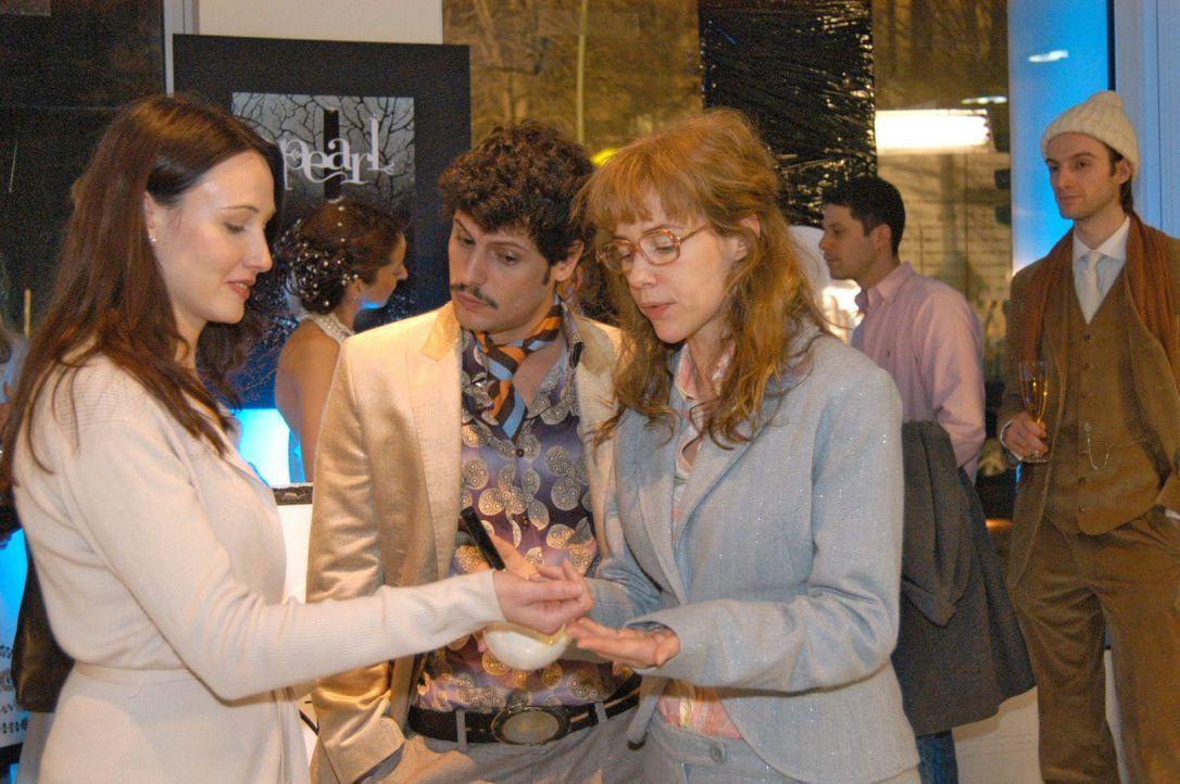 Rokko (Manuel Cortez, M.) und Lisa (Alexandra Neldel, r.) bei der Parfumpräsentation. (Dieses Foto von Alexandra Neldel darf nur in Zusammenhang mi... - Bildquelle: Monika Schürle Sat.1