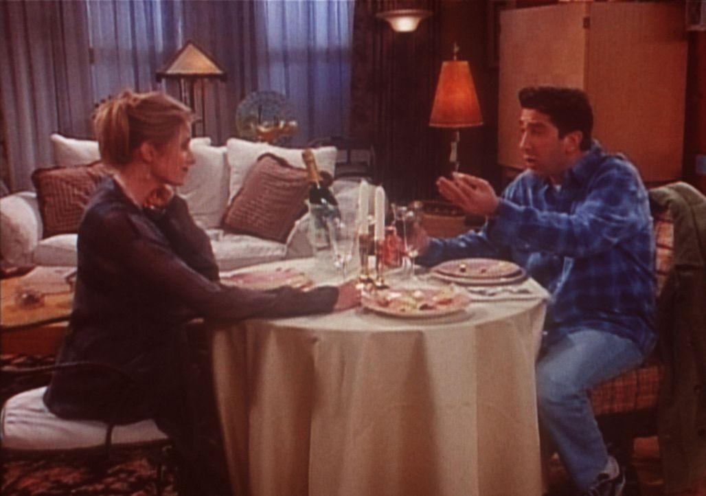 Ross (David Schwimmer, r.) besucht seine Exfrau Carol (Jane Sibbett, l.), um sich über seine Exfreundin Rachel zu beschweren. - Bildquelle: TM+  2000 WARNER BROS.