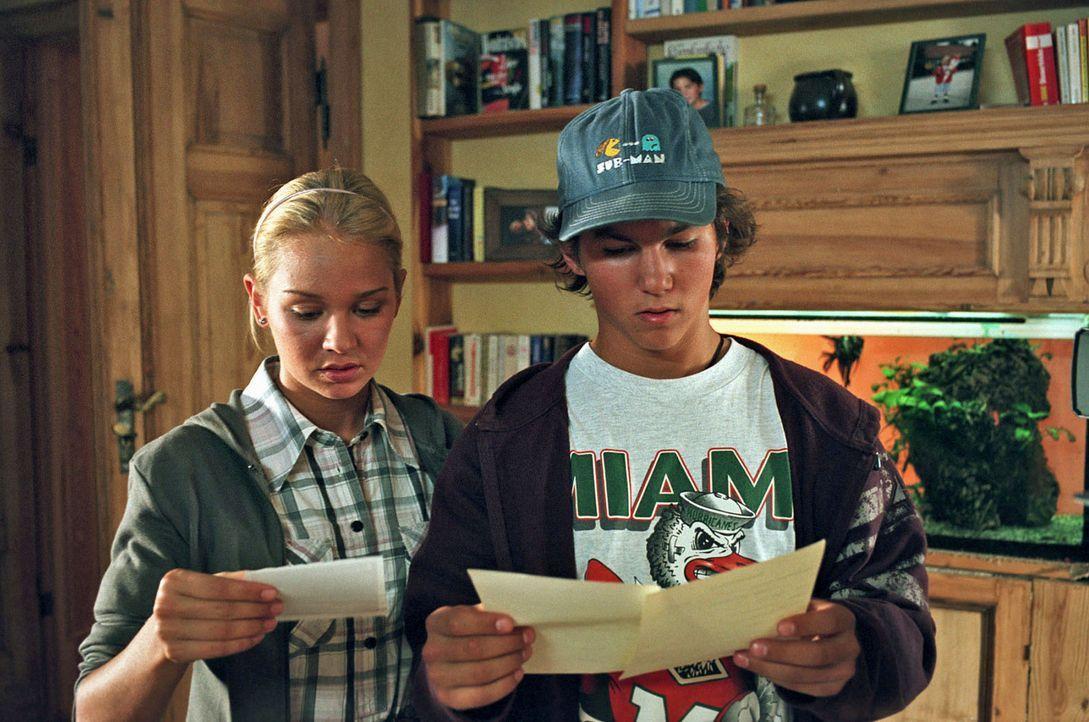 """Die sechzehnjährigen Zwillinge Luisa (Katharina Ursinus, l.) und Lukas (Tim O. Schultz, r.) entdecken auf ihren Geburtsurkunden den Eintrag """"Vater... - Bildquelle: Sat.1"""