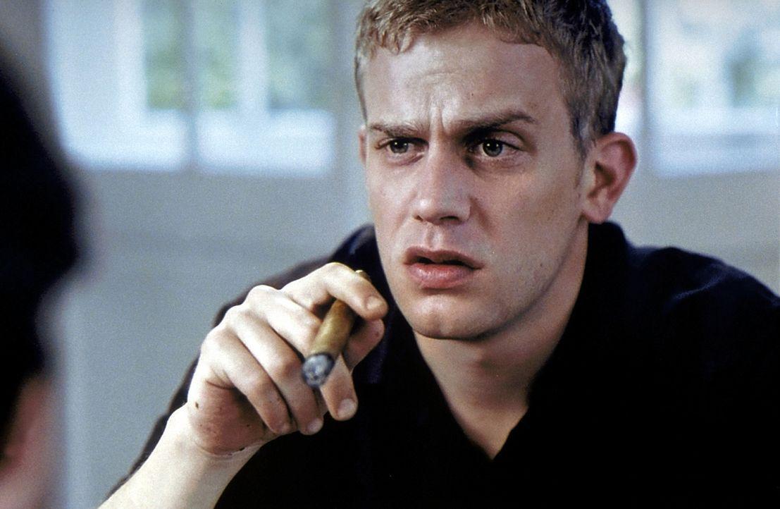 Seit der niederschmetternden Diagnose lässt es sich Stefan (Sebastian Bezzel) gut gehen. Alkohol und Nikotin können ihm als Todgeweihtem ja jetzt... - Bildquelle: ProSieben