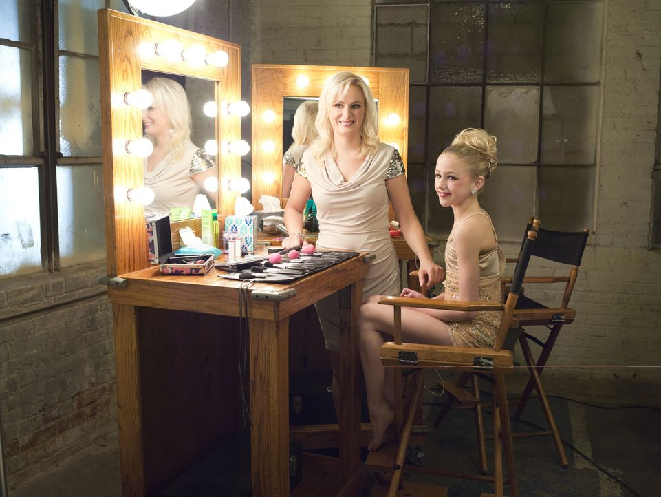 Chloe (r.) möchte ihre Mutter Christi (l.) stolz machen und Abby mit ihrem Solo davon überzeugen, dass sie bei den Nationals tanzen muss ... - Bildquelle: Richard McLaren 2012 A+E Networks