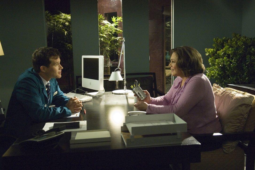Cindy Plumb (Kathleen Turner, r.) die bei einer Sex-Hotline arbeitet, verliert mit zunehmendem Alter ihre Stimme. Sie bittet Sean (Dylan Walsh, l.)... - Bildquelle: TM and   2004 Warner Bros. Entertainment Inc. All Rights Reserved.