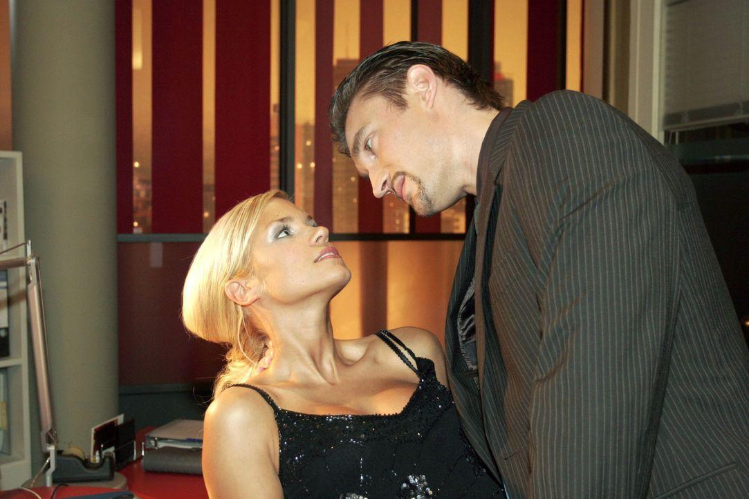 "Richard (Karim Köster, r.) drängt Sabrina (Nina-Friederike Gnädig, l.), alles über die ""B.STYLE""-Präsentation herauszufinden. - Bildquelle: Noreen Flynn SAT.1 / Noreen Flynn"