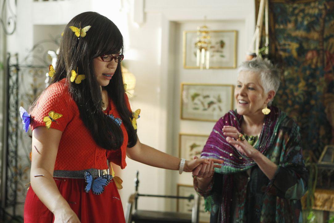 Olivia (Lynn Redgrave, r.) bereitet Betty (America Ferrera, l.) ein unvergessliches Erlebnis ... - Bildquelle: Patrick Harbron 2009 American Broadcasting Companies, Inc. All rights reserved.