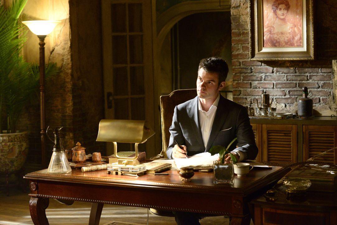 Elijah am Schreibtisch - Bildquelle: Warner Bros. Entertainment Inc.