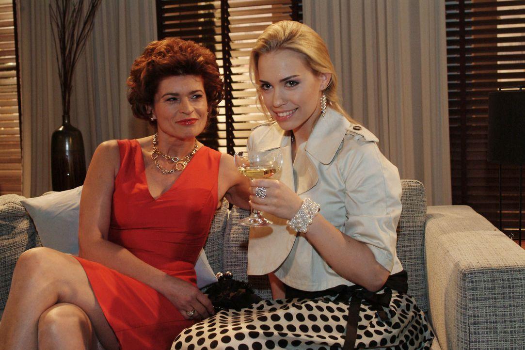 Kim (Lara-Isabelle Rentinck, r.) feiert mit Sophie (Gabrielle Scharnitzky, l.) den Triumph, dass sie erfolgreich ihr Erbe eingefordert hat. - Bildquelle: Monika Schürle SAT.1 / Monika Schürle
