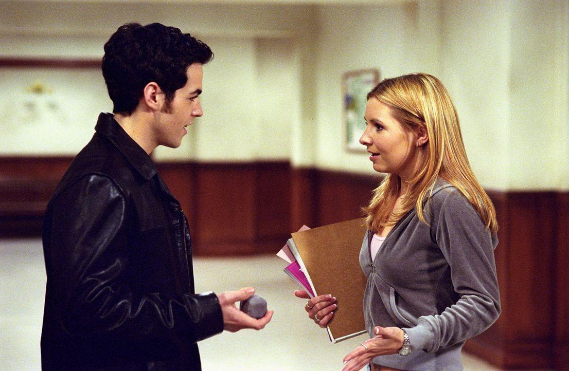Lucy (Beverly Mitchell, r.) trifft zufällig ihren Ex-Verlobten Jeremy (David Lago, l.) und erfährt, dass er ein Date für den Abend hat. Sie will sic... - Bildquelle: The WB Television Network
