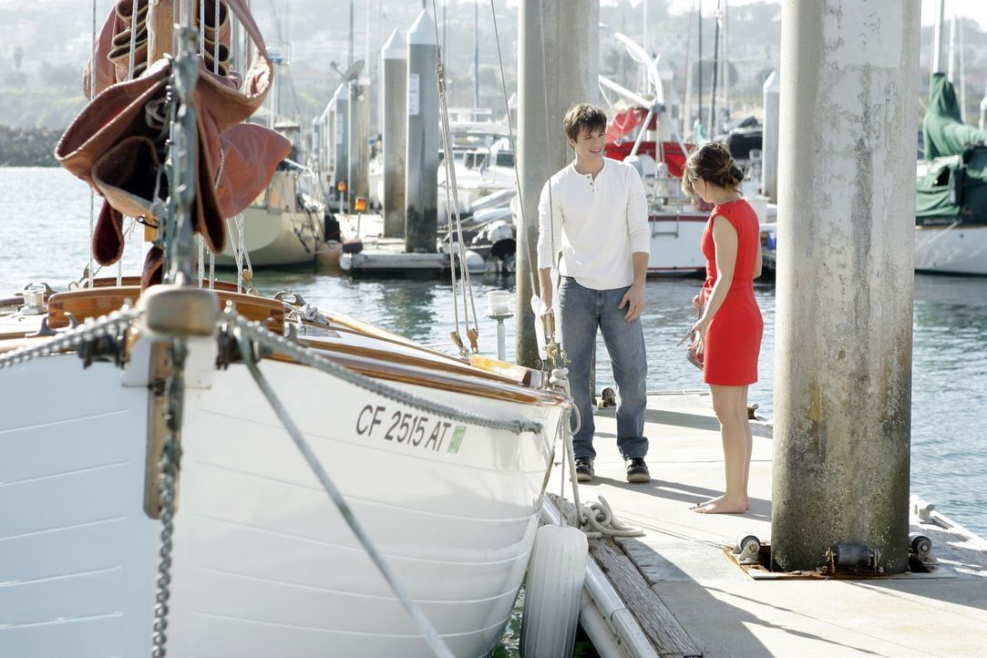 So ereignisreich hatten sich Liam (Matt Lanter, l.) und Annie (Shenae Grimes, r.) ihren Segeltörn wohl nicht vorgestellt... - Bildquelle: TM &   CBS Studios Inc. All Rights Reserved