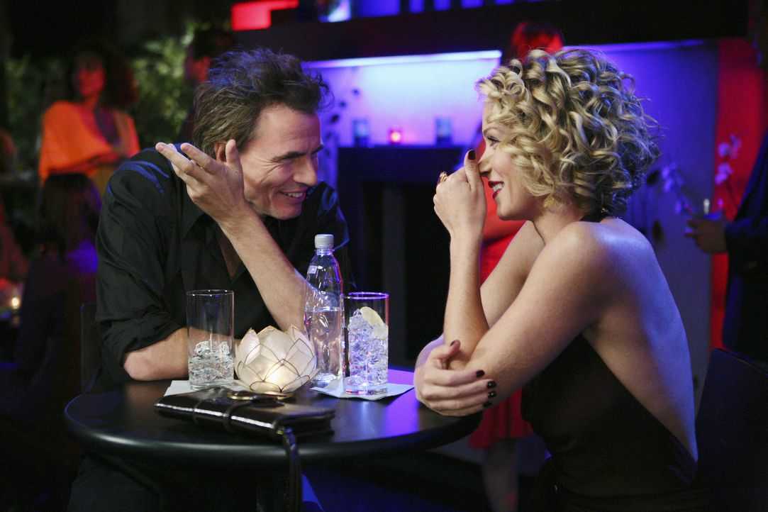 Samantha (Christina Applegate, r.) lernt in einer Bar den Rockstar Tommy Wylder (John Taylor, l.) kennen. Der zeigt sich schwer beeindruckt und die... - Bildquelle: 2008 American Broadcasting Companies, Inc. All rights reserved.