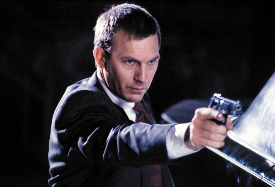Der Bodyguard Frank Farmer (Kevin Costner) soll die berühmte Schauspielerin und Sängerin Rachel Marron vor einem Verrückten beschützen. - Bildquelle: Warner Bros.